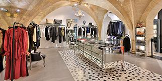 Coqueline Boutique Montpellier vend des articles de mode féminine haut de gamme de grands couturiers ainsi que des vêtements de créateurs en devenir en centre-ville (® SAAM fabrice CHORT)