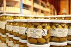 Huilerie confiserie Clermont Herault vend des olives de différentes variétés ici la Lucques (® networld-fabrice Chort)