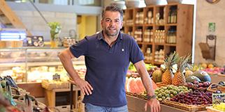 Les Vergers de l'Abbaye à St Geniès des Mourgues est une épicerie-primeur gérée par Serge Castells. (® SAAm fabrice Chort)