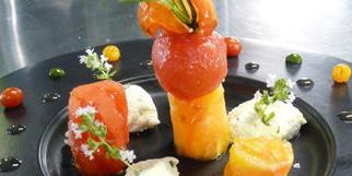Le Mazerand Lattes, restaurant gastronomique près de Montpellier, présente la recette d'une belle assiette fraîcheur autour de la tomate et de la brousse de brebis (® Le Mazerand)