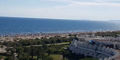 La Grande Motte avec ses plages, ses espaces verts, son architecture unique propose des commerces et des restaurants (® networld-A.Giorgetti)