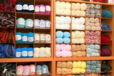 Pelotes de laine Montpellier au magasin Allée de la Mercerie Montpellier dans le quartier Près d'Arènes (® NetWorld-Fabrice Chort)