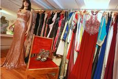 Au Dressing du Puits Montpellier vend des vêtements comme des robes de soirée ou de cocktails en centre-ville  (® SAAM-fabrice Chort)