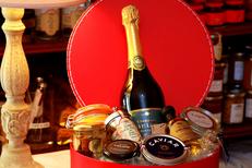 Caizergues Montpellier Epicerie fine avec des produits gourmands de qualité ici un panier avec produits salés en centre-ville (® networld-fabrice Chort)