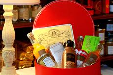 Caizergues Montpellier Epicerie fine avec des produits gourmands de qualité ici un panier gourmand sucré à offrir en centre-ville (® networld-fabrice chort)