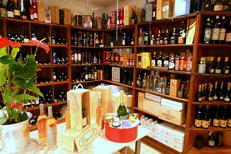 Caizergues Montpellier Epicerie fine avec des produits gourmands de qualité ici une sélection de vins, champagnes et alcools en centre-ville (® networld-fabrice chort)