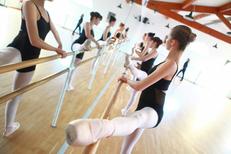 Espace Danse Sylvie Cavier Lunel et ses exercices à la barre au conservatoire  (® networld-Fabrice Chort)