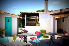 Tables en terrasse de l'hôtel de charme La Palunette aux Saintes Maries de la Mer (® networld-fabrice Chort)