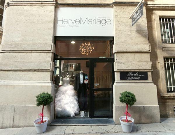 Vitrine de la boutique ivoire et blanc mariage de la rue for Centre ville la mariage robes