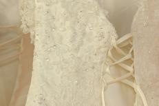 Ivoire et Blanc Mariage Montpellier et un détail de broderie d'une robe de mariée au centre-ville (® NetWorld-Fabrice Chort)