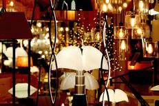 Magasin Lampe Montpellier chez Luminaires Boudard avec une sélection de lampes d'éditeurs ici lampe Pipistrello au centre-ville (®SAAM - Fabrice Chort)