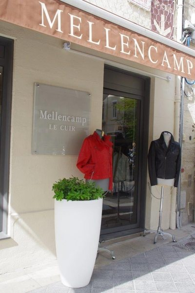 vitrine de la boutique mellencamp le cuir montpellier derriere l 39 opera proche de la place de la. Black Bedroom Furniture Sets. Home Design Ideas