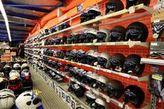 Pascal Moto Montpellier vend des motos et des accessoires pour la moto ici des casques (® SAAM-fabrice Chort)
