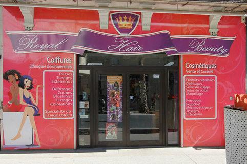 Vitrine du salon Royal Hair and Beauty Montpellier sur le boulevard du Jeu de Paume au centre-ville (credits photos: NetWorld - Fabrice Chort)