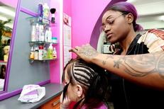 Coiffure afro Montpellier chez Royal Hair Beauty Salon de coiffure spécialiste qu pose aussi extensions de cheveux au centre-ville (® NetWorld- Fabrice Chort)