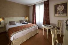 Royal Hôtel*** Montpellier et l'une de ses chambres double avec baignoire entre la Gare Saint Roch et la Place de la Comédie au centre-ville (® Royal Hôtel)