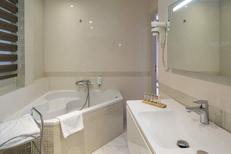 Royal Hôtel*** Montpellier présente l'une des ses chambres avec salle de bain lumineuse entre la Gare Saint Roch et la Place de la Comédie au centre-ville (® Royal Hôtel)