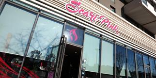 Scari Pink Montpellier Salon de coiffure spécialisé dans les coiffures multicolores, la couleur originale des cheveux flashy et métallisée à Port Marianne (® SAAM-fabrice Chort)