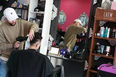 Coiffeur Scari Pink Montpellier Salon de coiffure spécialisé en coiffures multicolores et colorations originales à Port Marianne(® SAAM-fabrice Chort)