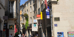 commerces de la rue de l'Aiguillerie au centre-ville de Montpellier.