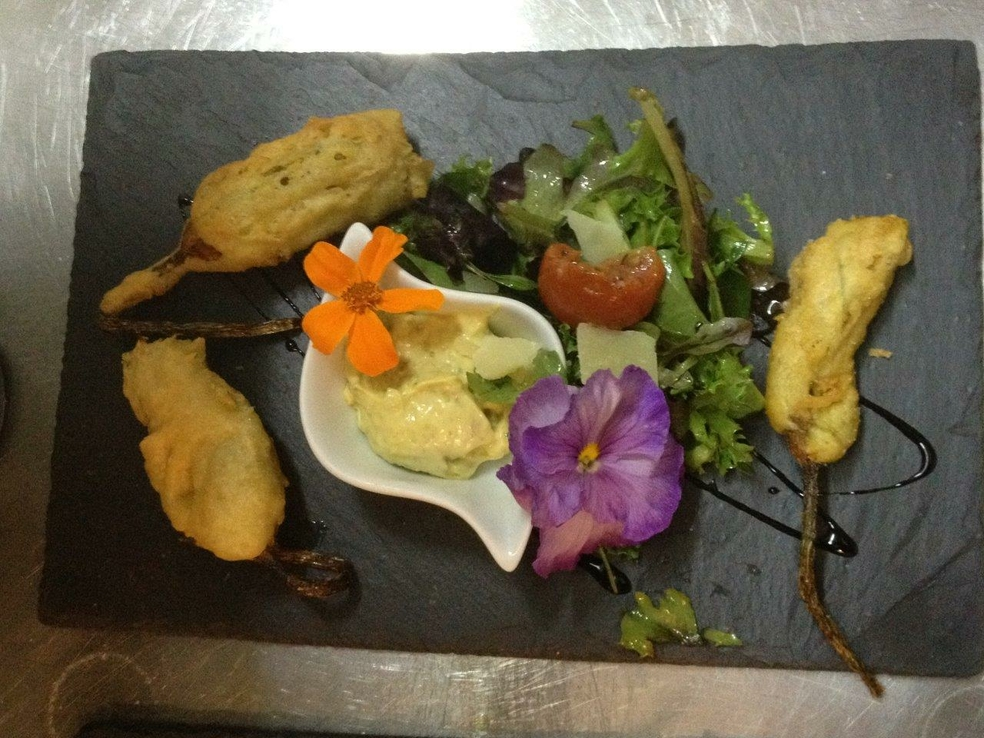 Beignets de fleurs de courgette sauce tartare recette restaurant la girafe montpellier - Beignets de fleurs de courgettes ...
