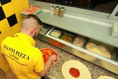 Avanti Pizza Lattes en pleine préparation de pizza avec des produits frais au centre commercial d'Aragon(® networld-Fabrice Chort)