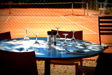 La Jalade Montpellier Tennis et son restaurant traditionnel avec des tables en terrasse dans le quartier Hopitaux-Facultes (®networld-Fabrice Chort)