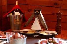 Restaurant raclette Montpellier au Chalet Chamoniard Lattes qui propose des raclettes, fondues et autres plats traditionnels.(® SAAM-fabrice Chort)