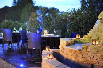 Restaurant Le Clos des Oliviers de Saint Gely du Fesc avec une ambiance nocturne dans la ville de Saint Gely du Fesc au Nord de Montpellier (crédits photos : Clos des Oliviers)