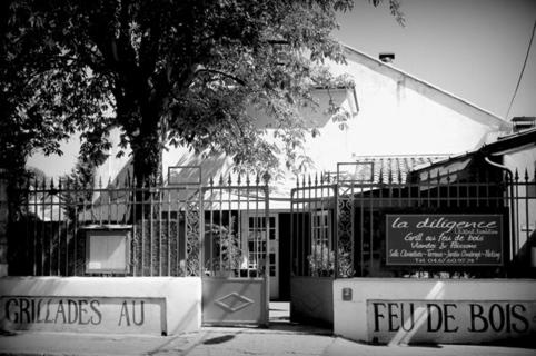 Devanture et terrasse du restaurant La Diligence sur l'avenue de Lodève de Saint André de Sangonis (credits photos :EDV-Fabrice Chort)