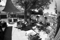 Tables en terrasse du restaurant La Diligence sur l'avenue de Lodève de Saint André de Sangonis (credits photos :EDV-Fabrice Chort)
